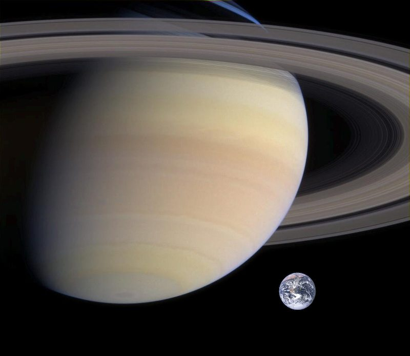 Size comparison of Saturn and Earth